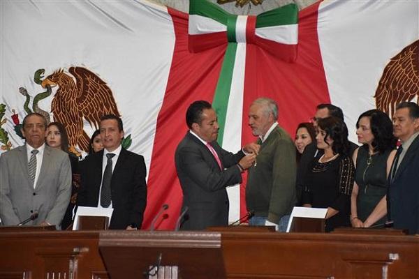 Francisco Martínez Gracián, recibe presea Melchor Ocampo