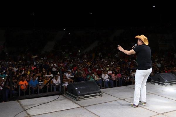El Indio Brayan arranca risas en Apatzingán