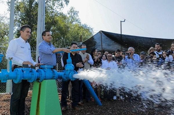 Estrena Senguio sistema de agua potable y tramo carretero; estaban inconclusos