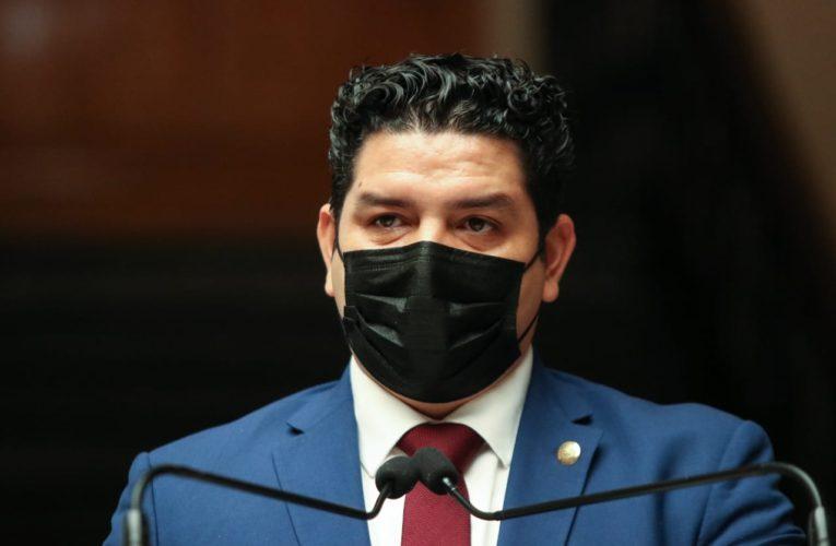 Toño Madriz celebra firma de convenio que garantiza medicinas y vacunas de calidad para los mexicanos