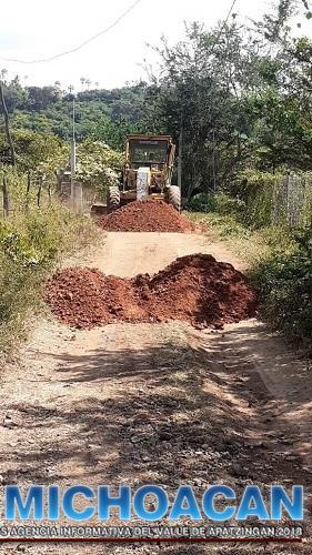 Se da mantenimiento a carreteras y caminos sacacosechas de diferentes comunidades del municipio