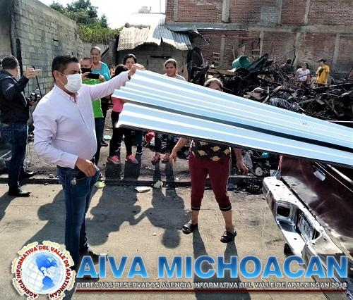 Paco Cedillo demuestra con hechos respaldo a personas afectadas por el incendio que se dio frente a la Clínica 81 del IMSS