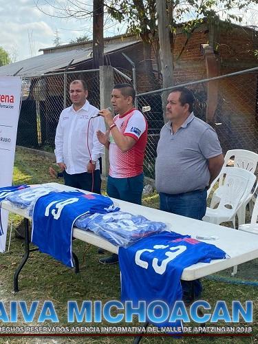 Paco Cedillo premia a los ganadores del Torneo de Fútbol 4T Inter Comunidades Indígenas