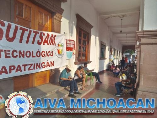 Trabajadores del Tec de Apatzingán toman Rentas y alcaldía.