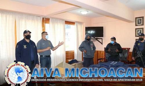 Entrega de uniformes a elementos de la Policía Municipal de Coalcomán.
